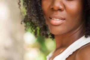 vista-recortada-da-mulher-negra-bonita-ao-ar-livre_1262-6065